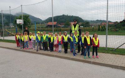Prvošolčke je obiskal policist.